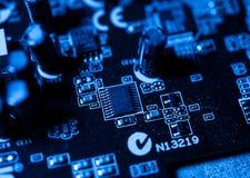 Elektronische kringen in futuristisch technologieconcept op mainboard vector illustratie