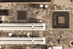 Elektronische kringsraad op bruine achtergrond met spaandergroef, selectieve nadruk Royalty-vrije Stock Foto