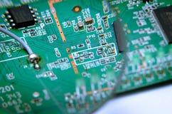 Elektronische Leiterplatte mit gelötetem Kabel Ansicht durch eine Lupe Stockfotografie