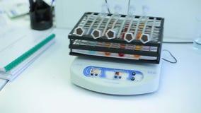 Elektronische Messgeräte Gerät für die Prüfung im medizinischen Labor Schließen Sie herauf den Wissenschaftler, der herein chemis stock footage