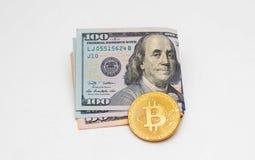 Elektronische munt bitcoin en contant geld stock afbeeldingen