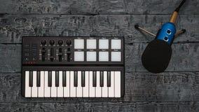 Elektronische muziekmixer en draadmicrofoon op een houten lijst Materiaal voor de muziekstudio De mening vanaf de bovenkant stock foto