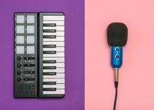 Elektronische muziekmixer en draadmicrofoon op tweekleurige achtergrond Materiaal voor de muziekstudio De mening vanaf de bovenka royalty-vrije stock foto