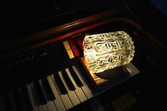 Elektronische Orgel mit Dachbodenlampe Stockbilder