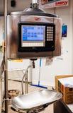 Elektronische schalen in moderne supermarkt stock foto's