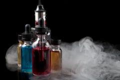 Elektronische sigaret en e-vloeistoffen op zwarte achtergrond met smok Royalty-vrije Stock Afbeelding