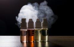Elektronische sigaret, vaping apparaat met de vloeibare achtergrond van e Royalty-vrije Stock Afbeelding