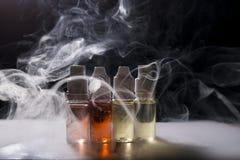 Elektronische sigaret, vaping apparaat met de vloeibare achtergrond van e stock fotografie