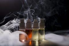 Elektronische sigaret, vaping apparaat met de vloeibare achtergrond van e Royalty-vrije Stock Foto