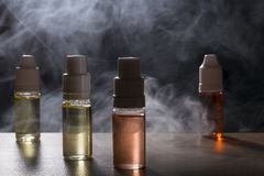 Elektronische sigaret, vaping apparaat met de vloeibare achtergrond van e Royalty-vrije Stock Fotografie