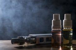 Elektronische sigaret, vaping apparaat met de vloeibare achtergrond van e Royalty-vrije Stock Afbeeldingen