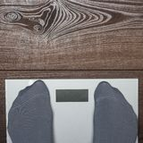 Elektronische Skalen auf dem hölzernen Boden Stockbilder