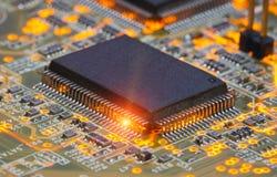 Elektronische spaander en standaardinschrijvingen van weerstanden en condensatoren Royalty-vrije Stock Foto