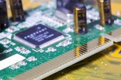 Elektronische spaander en standaardinschrijvingen van weerstanden en condensatoren, kleine diepte van scherpte Stock Foto's