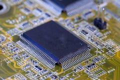 Elektronische spaander en standaardinschrijvingen van weerstanden en condensatoren, kleine diepte van scherpte Royalty-vrije Stock Foto's