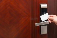 Elektronische Türschlossöffnung durch eine leere Versicherungskarte gut für das Addieren des Textes Stockbilder