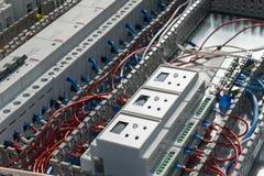 Elektronische und elektrische Geräte auf der Montageplatte des elektrischen Kabinetts Lizenzfreie Stockbilder
