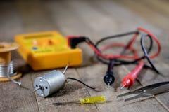 Elektronische workshop Elektrische meter en soldeerbout stock afbeeldingen