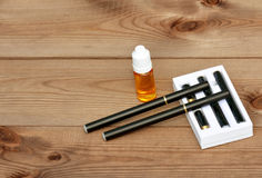 Elektronische Zigarette und Flüssigkeit für sie Lizenzfreie Stockfotos