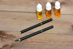 Elektronische Zigarette und Flüssigkeit für sie Stockfotografie