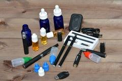 Elektronische Zigarette und Flüssigkeit für sie Lizenzfreies Stockfoto