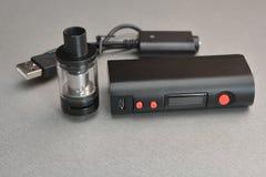 Elektronische Zigarette und Flüssigkeit für sie Stockfotos