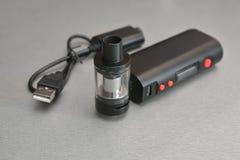 Elektronische Zigarette und Flüssigkeit für sie Stockbilder