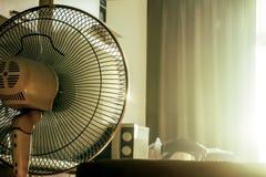 Elektronischer Fan des Stands im Raum am Morgen Lizenzfreie Stockfotos