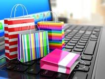 Elektronischer Geschäftsverkehr Einkaufen-Laufkatze mit Maus auf dem Weiß Laptop und Einkaufstaschen Stockfotografie