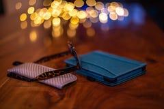 Elektronischer Leser und Lesebrille mit Fall auf einem Holztisch stockbild