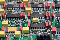 Elektronisches Brett mit zu reparieren den Komponenten lizenzfreies stockbild
