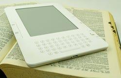 Elektronisches Buch und Buch Lizenzfreie Stockfotos