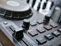 Elektronisches digitales Audio DJ der Tanzmusik übersetzen mit Griffen, Faders, an einem edm Festival lizenzfreies stockbild