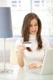 Elektronisches Einkaufen der attraktiven Frau Stockfotos