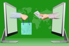 Elektronisches Konzept, zwei Hände von den Anzeigen Hand mit Einkaufstasche und Hand mit Bargeld Abbildung Lizenzfreies Stockfoto
