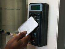 Elektronisches Türschloss, öffnend durch Versicherungskarte stockfotos