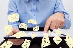 Elektronisk affärsmanöverföring postar genom att använda tableten Royaltyfri Bild