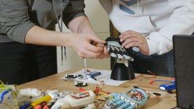 Elektronisk bionisk prosthetic arm Teknikerer arbetar på labbet som gör den robotic bioniska armen lager videofilmer