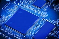 Elektronisk blå mikrochips Arkivbilder