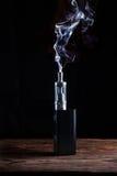 Elektronisk cigarett över en mörk bakgrund Arkivbilder