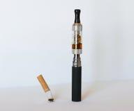 Elektronisk cigarett med den släckta tobakcigaretten Fotografering för Bildbyråer
