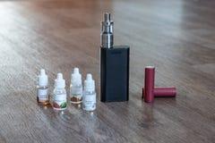 Elektronisk cigarett med flytande och batterier Arkivfoto
