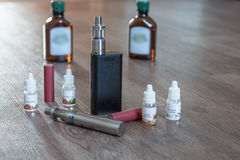 Elektronisk cigarett med flytande och batterier Arkivbild