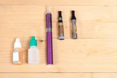 Elektronisk cigarett på en bakgrund av textur Fotografering för Bildbyråer
