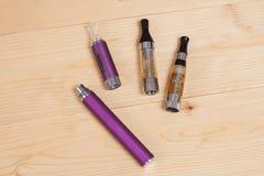 Elektronisk cigarett på en bakgrund av trä Arkivfoto