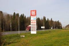 Elektronisk ` för ` LUKOIL för teckenprisbensinstationer, Vologda för väg M8 region royaltyfria foton