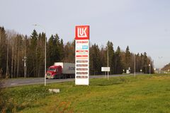 Elektronisk ` för ` LUKOIL för teckenprisbensinstationer, Vologda för väg M8 region royaltyfri bild