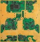 Elektronisk guld pläterade strömkretsbrädet med mikrochipers och transistorer Arkivfoton