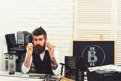 Elektronisk kassa Bitcoin gruvarbetareman i serverrum Skäggig manbitcoiner Skäggig affärsman med datorströmkretsar för royaltyfri bild
