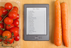 Elektronisk kokbok i kök Arkivfoton